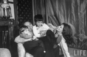 82069909_large_04_Sophie_Loren_Carlo_Ponti_and_sons_Carlo_Jr__2R__and_Edoardo__L__playing_at_home__January_12_1976